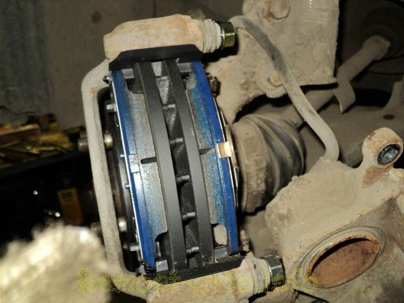 Замена передних тормозных колодок Volkswagen Golf 5-6 своими